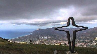 La croce in memoria delle vittime del disastro aereo di Montagna Longa cade a pezzi: appello delle famiglie