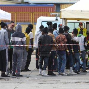 Sicilia, sbarco di 1500 migranti in un giorno. Trenta morti al largo della Libia