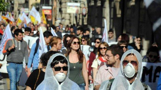Proteste in piazza contro il governo Crocetta: sfilano gli autonomisti e i Forconi