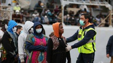 Migranti: 364 arrivati al porto di Palermo, anche due donne incinta