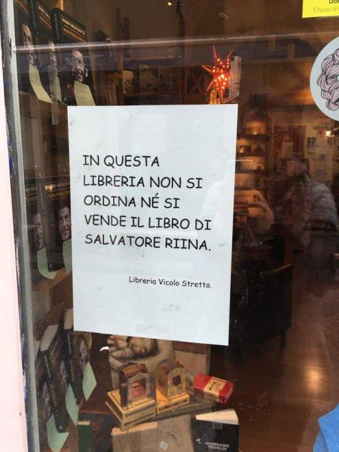 """""""Non vendiamo il libro di Riina"""", cartello in vetrina della libreria di Catania"""