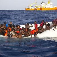 Migranti, gommone in avaria, sei morti e 21 dispersi. Le immagini dei soccorritori