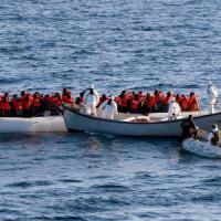 Migranti: sei cadaveri su un gommone nel Canale di Sicilia, 21 dispersi