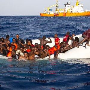 Allarme nel Mediterraneo: disperso barcone con 500 migranti