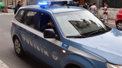 Polizia circondata, rapinatore fugge   Video   gli agenti sparano in aria alla Kalsa