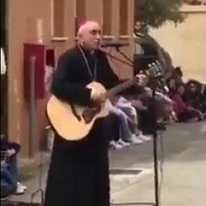 Noto, un palco davanti alla cattadrale e il vescovo canta la catechesi