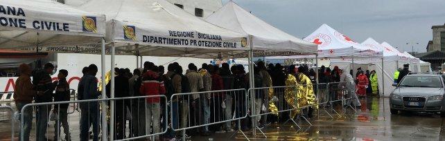 Canale di Sicilia, ancora emergenza sbarchi Salvati 700 migranti, recuperati due cadaveri