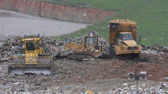 Rifiuti a fuoco nei cementifici, protesta degli ambientalisti contro il piano della Regione