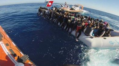 Migranti: quattro gommoni soccorsi nel Canale di Sicilia, in salvo 500 persone
