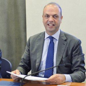 """Caso Kore, il tribunale dei ministri scagiona Alfano: """"Non subì pressioni per trasferire il prefetto"""""""