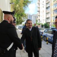 Il vescovo di Palermo battezza un piccolo profugo siriano