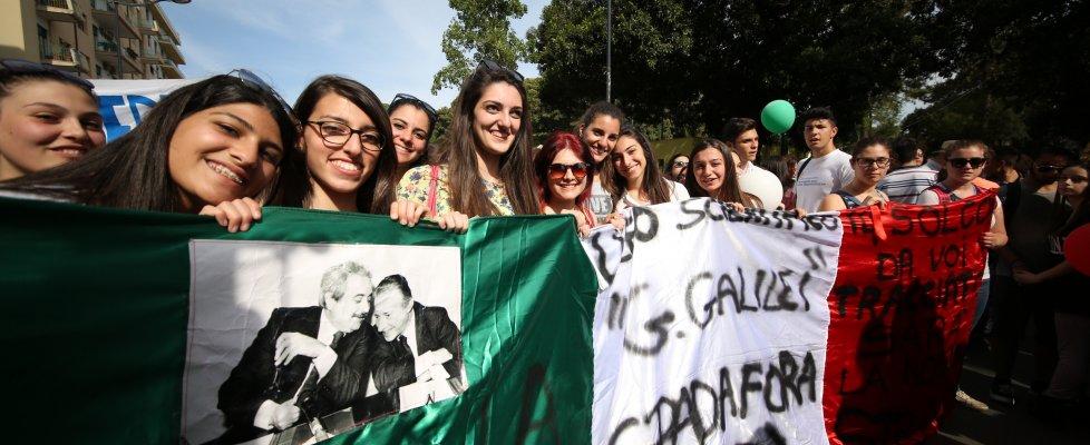 Palermo: studenti e cittadini all'Albero Falcone. La musica e gli slogan, poi il silenzio