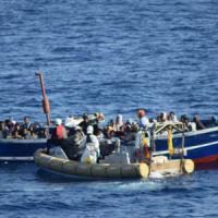 Migranti: a Palermo sbarcano 1.053 persone, 260 minori soli