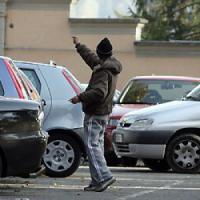 Palermo, minacciano coppia col coltello: arrestati due posteggiatori in