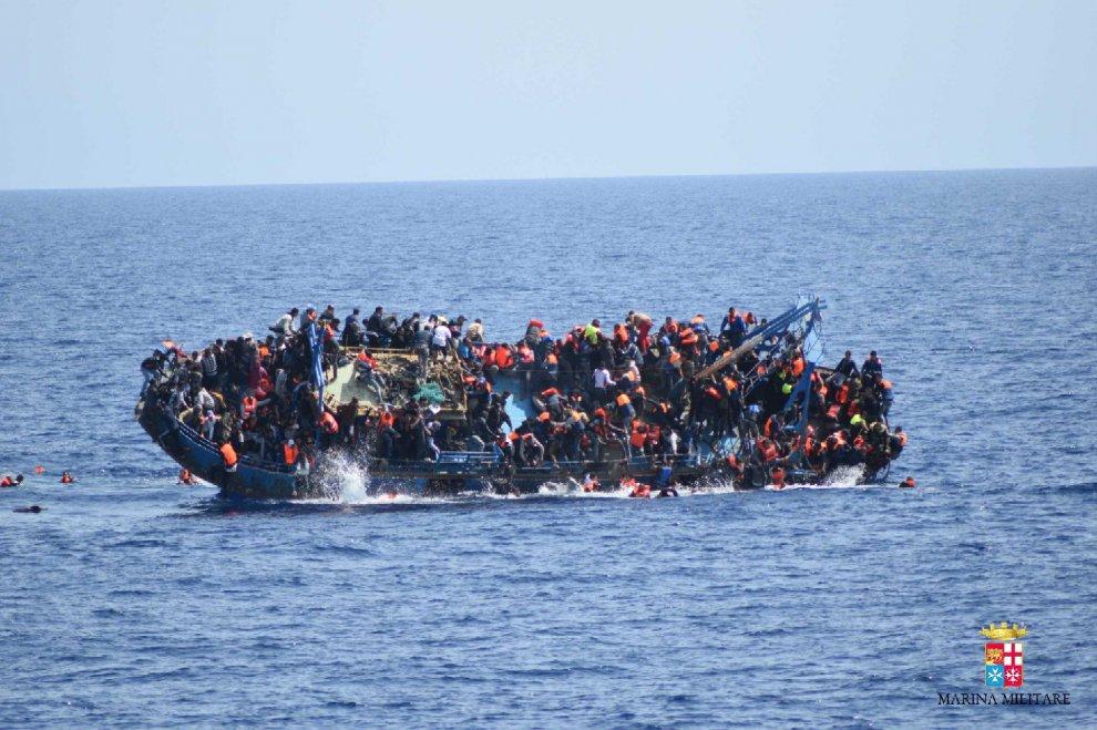 Canale di Sicilia, il rovesciamento del barcone: i soccorsi della Marina Militare