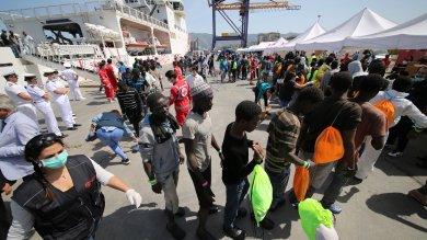 Affonda un barcone con 600 migranti  cinque morti, si cercano naufraghi   Foto    Muore madre, a 9 mesi sola a Lampedusa      Ft