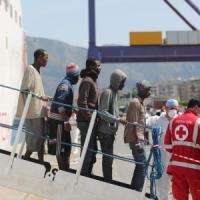 Maxisbarco, fermati 17 scafisti africani