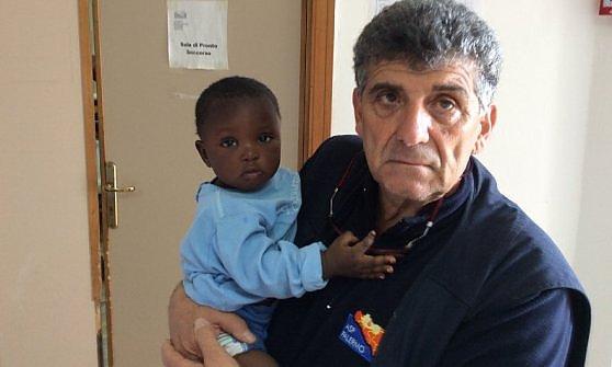 """Favour, bimba salvata a Lampedusa. Bartolo, il medico: """"Se potessi l'adotterei"""""""