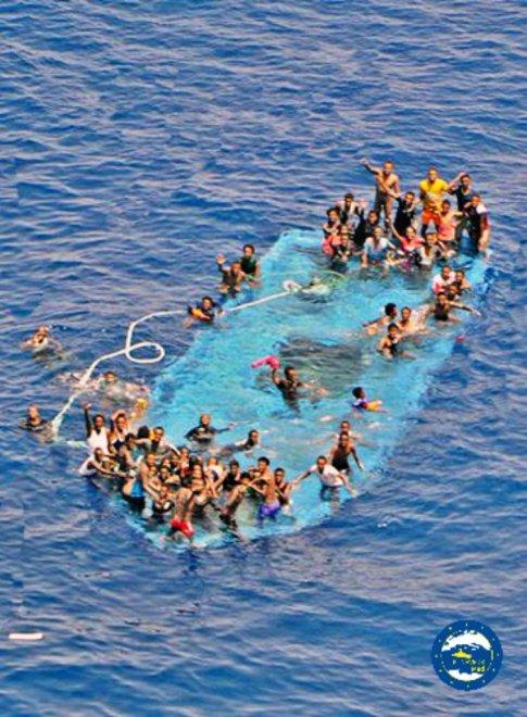 Migranti, Canale di Sicilia: nuovo naufragio di un gommone, le immagini da Twitter