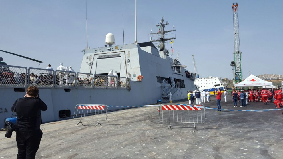 Migranti: a Porto Empedocle i superstiti del naufragio nel Canale di Sicilia