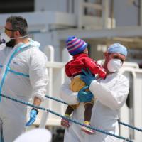 Migranti, le storie dei bimbi che nel mare hanno perso i genitori