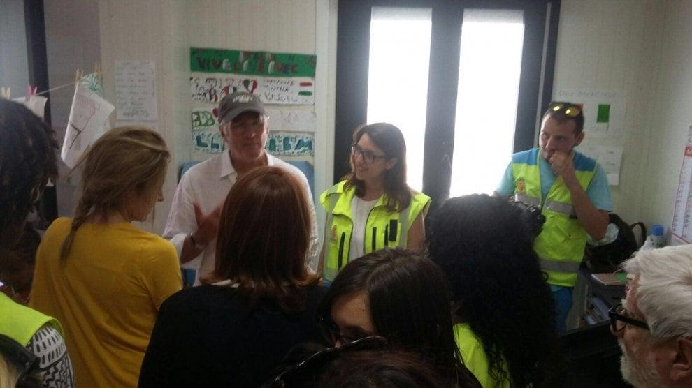 Richard Gere a Lampedusa, pranza con i giovani migranti