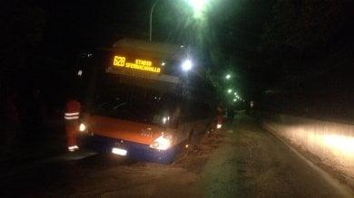 Palermo, trincea non segnalata: autobus sprofonda in via Tommaso Natale