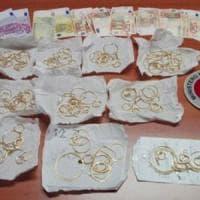 Vendono gioielli in oro falsi, denunciata coppia a Troina