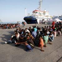 Ad Augusta sbarcano i migranti feriti dalle granate curati dal profugo studente