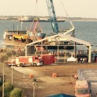 Augusta: a terra il relitto del naufragio del 2015. Trasferito nell'hangar
