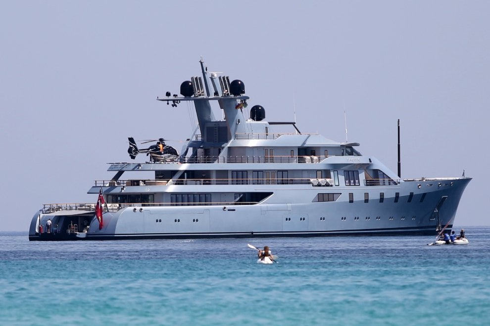 Yacht Con Elicottero Prezzo : Mondello in rada lo yacht da milioni di dollari dell