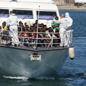 Migranti, strage di donne. Ventidue corpi senza vita nel fondo di un gommone
