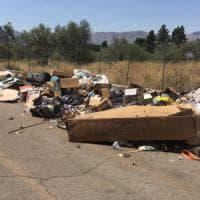 Carini: aziende gettano i rifiuti in strada, il sindaco li denuncia