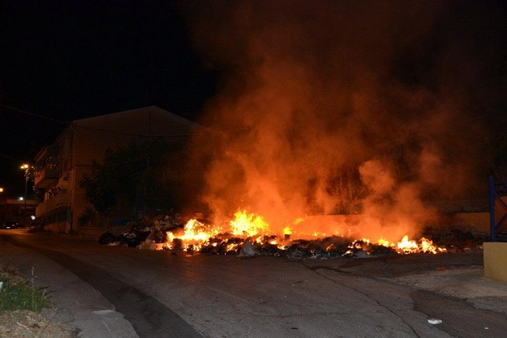 Porto Empedocle, cumuli di rifiuti in strada: incendiati nella notte
