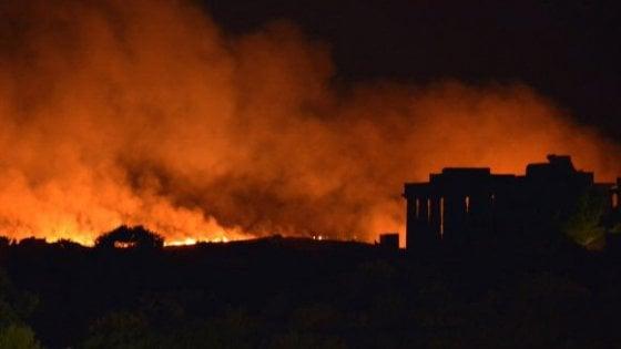 Selinunte, fiamme a pochi metri dai templi: trenta ettari in fumo