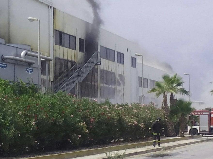 Modica, a fuoco la sede dell'azienda avicola Avimecc
