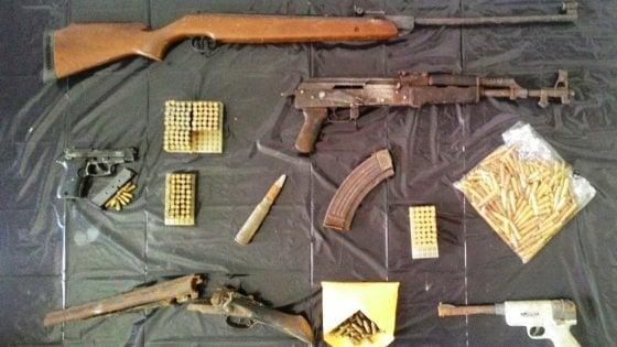 Pistole e kalashnikov: sotto le botole e nel fienile l'arsenale del clan