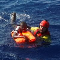 Migranti: 13.000 persone salvate in quattro giorni, soccorsi due gemelli appena nati....