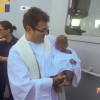 Migranti, bimba nigeriana battezzata su una nave della Marina