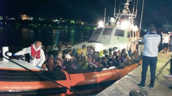 Migranti, altri 1800 salvati oggi. La lunga notte di Lampedusa: sbarco dei 1200 salvati in mare