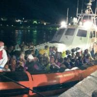 Migranti: la lunga notte di Lampedusa, lo sbarco dei 1200 salvati in mare