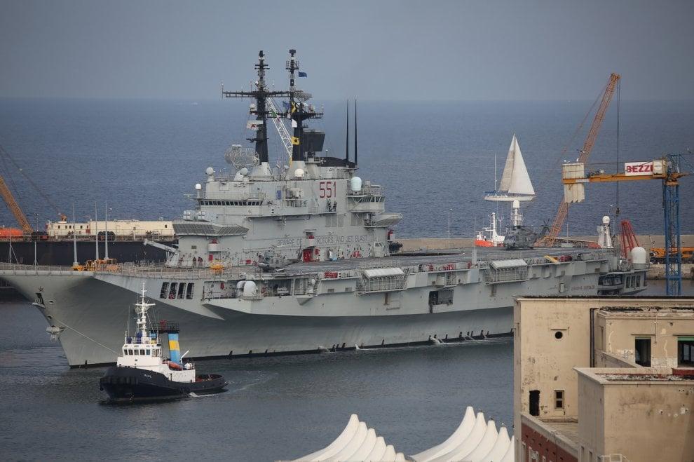 Palermo, la portaerei Garibaldi sbarca oltre mille migranti