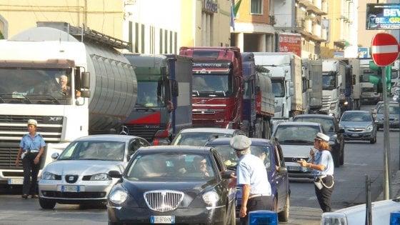 Palermo, da stamattina chiude una carreggiata di via Crispi: rischio caos sull'asse porto