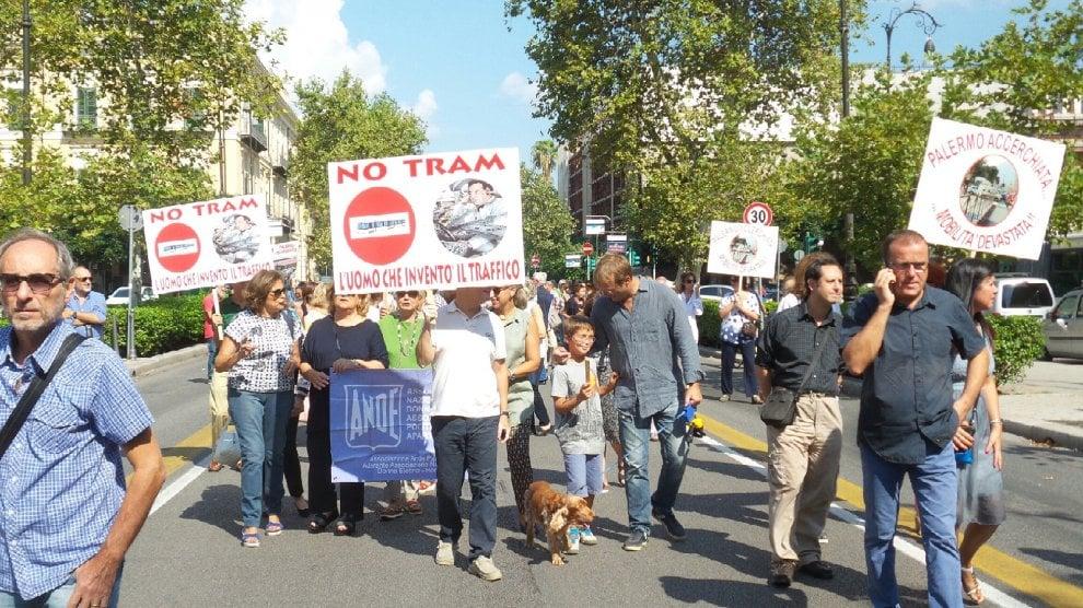 Palermo, in cento sfilano per dire no al tram in via Libertà