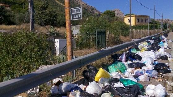 Cinisi: cumuli di spazzatura di fronte alla pizzeria della famiglia Impastato