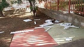 Sos dalla scuola di Bonagia nell'atrio piovono rifiuti