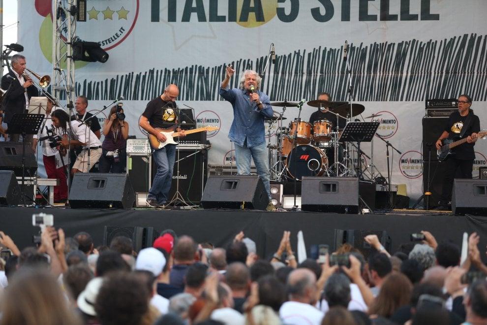 """Italia 5 stelle a Palermo, Grillo sul palco: """"Sono rientrato"""""""