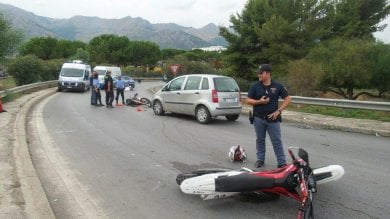 Via Basile, sfrecciano su moto enduro: la polizia li insegue e finiscono contro un'auto