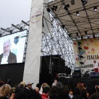 Accuse di Assange e dei 5 stelle ai giornalisti, scoppia la polemica