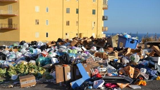 Emergenza rifiuti a Porto Empedocle, strade sepolte dall'immondizia